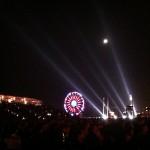 De puissants projecteurs éclairaient la nuit